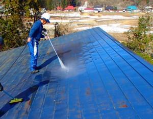 遠目できれいに見える屋根も傷んでいることは少なくありません。塗装の前にまずは、きれいに洗浄します。