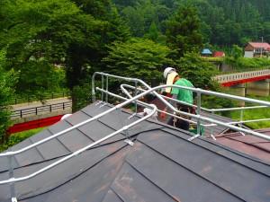 屋根の形状に合わせて施工していきます。