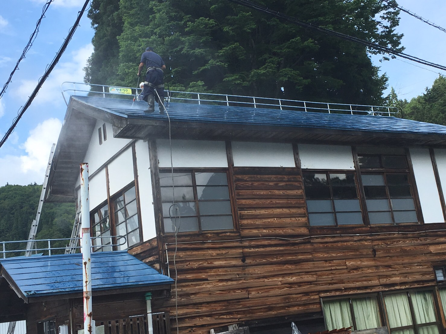 塗装の準備段階、屋根の洗浄から丁寧に施工します。