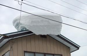 こんな雪の塊、怖いですよね。ヤネラクで解消できます。